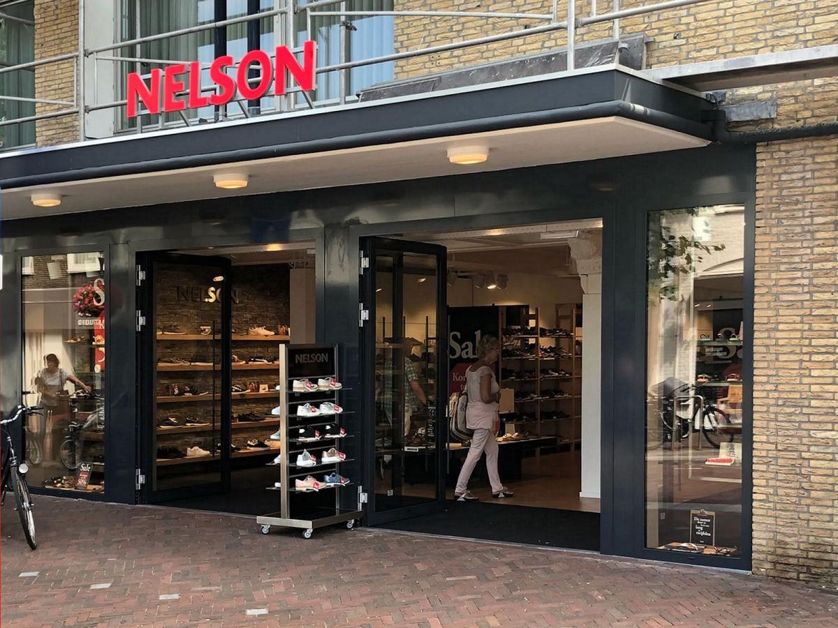 228ba06381c Recent zijn ze verhuisd naar hun nieuwe winkel aan de Binnenweg 28, waar de  uitgebreide collectie dames-, heren- en kinderschoenen volledig tot zijn  recht ...