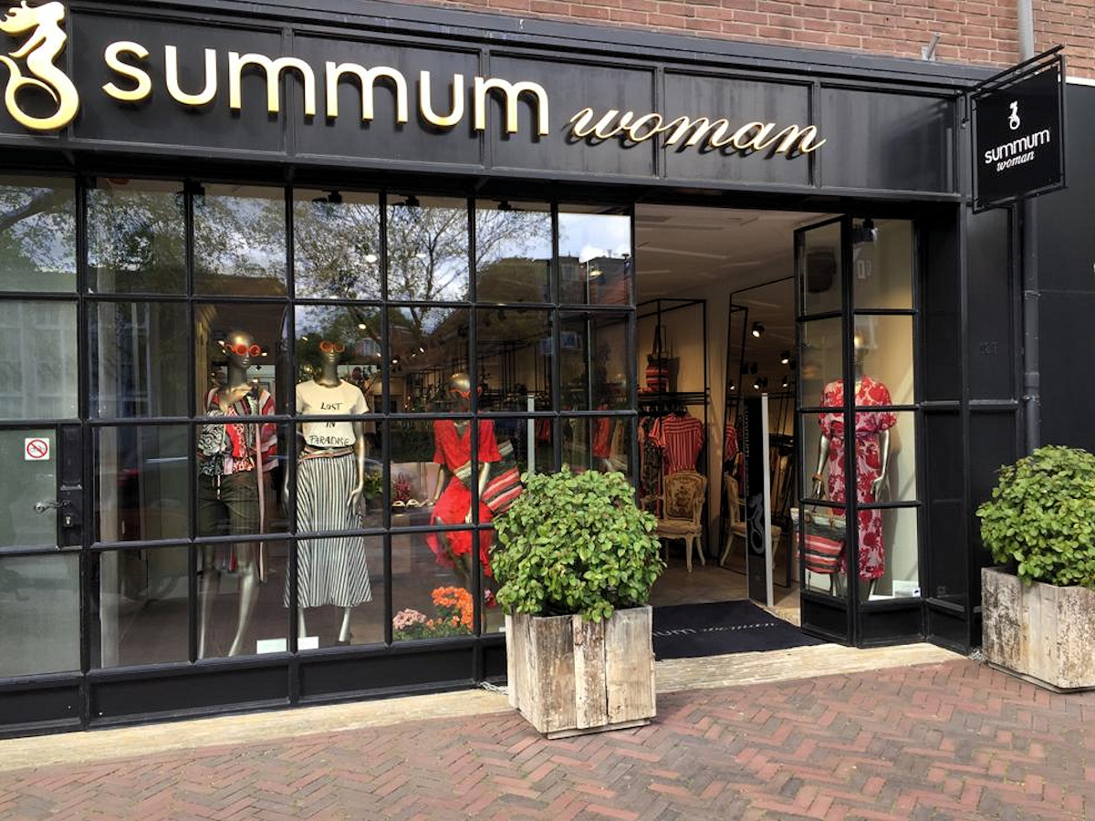 312b0146782 In de maand mei hebben we er voor gekozen om Summum Woman Store te benoemen  tot 'winkel van de maand'. Het Amsterdamse label Summum Woman opende bijna  10 ...